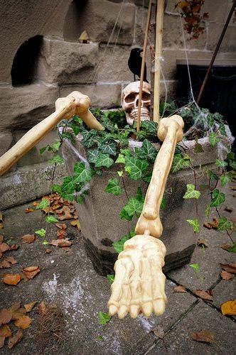 SkeletonsClimbingonHouseDetail2