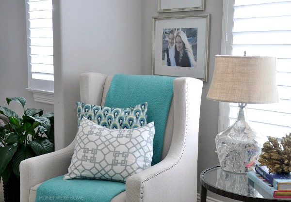 Easy summer decor - cozy sitting room with aqua accents