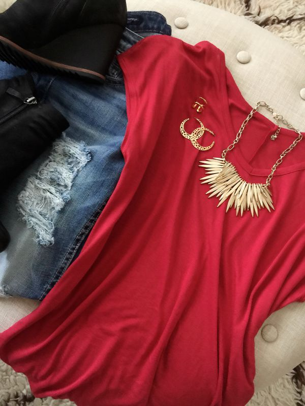 Fall fashion outfit - distressed jeans, v-neck tee, booties and statement necklace