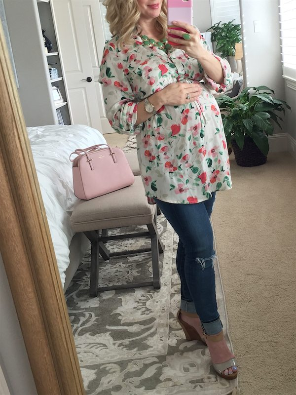 Spring fashion - distressed jeans and floral maternity top  #dressingthebump #bumpstyle #maternitystyle