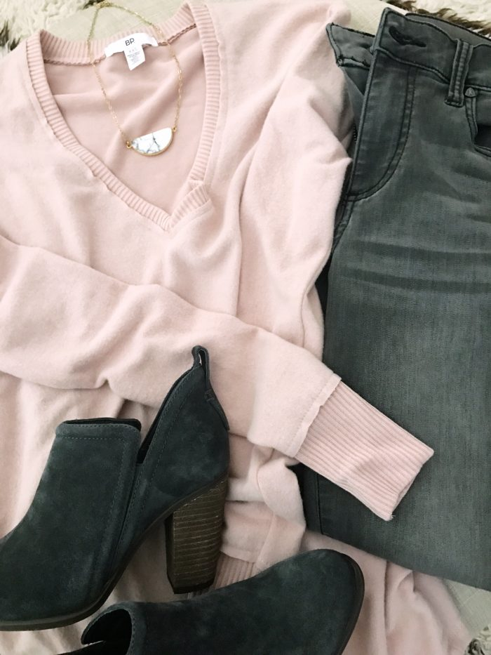 15 Fall Cute & Comfy Fall Outfits, pink pullover with grey jeans and booties