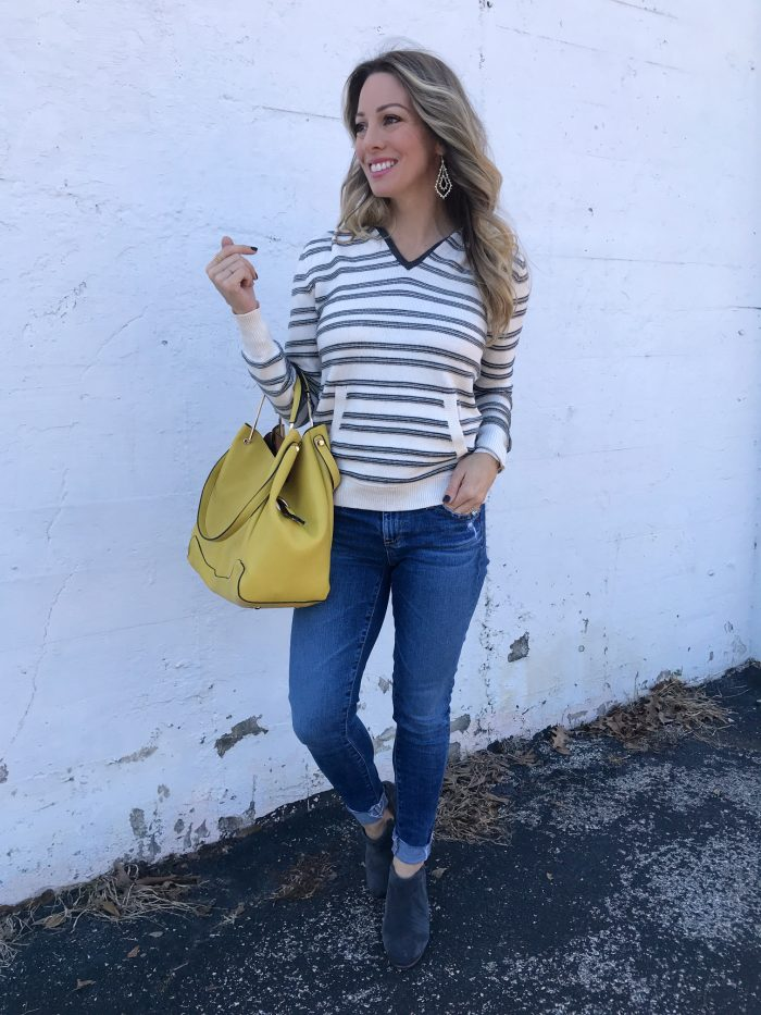 Striped pullover and skinny jeans with yellow bag