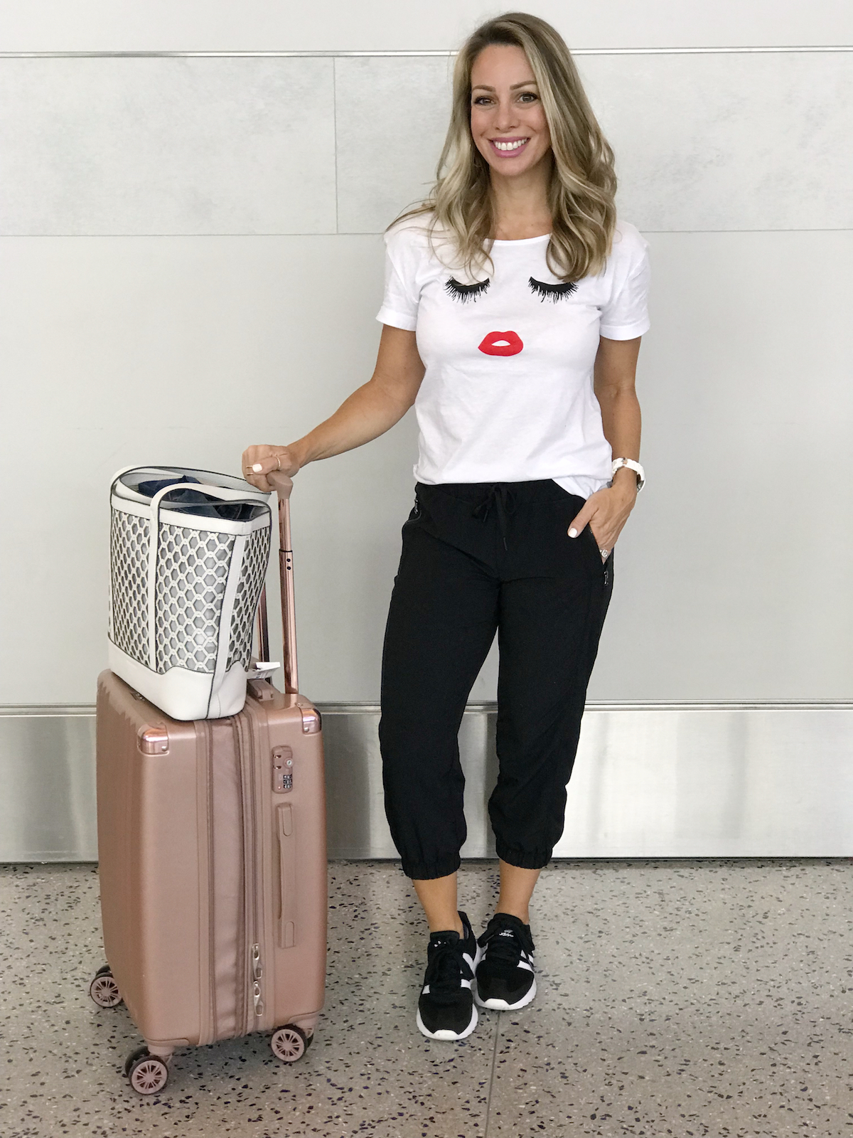 Comfy travel outfit- crop joggers and eyelash tee