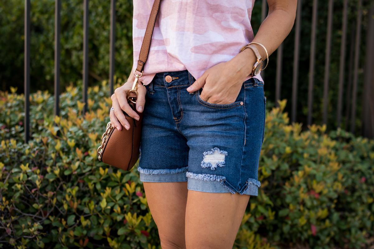 Jean shorts pink camo tee