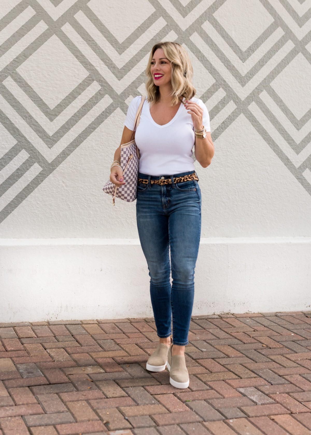 Perfect white t-shirt and jeans with sneakers