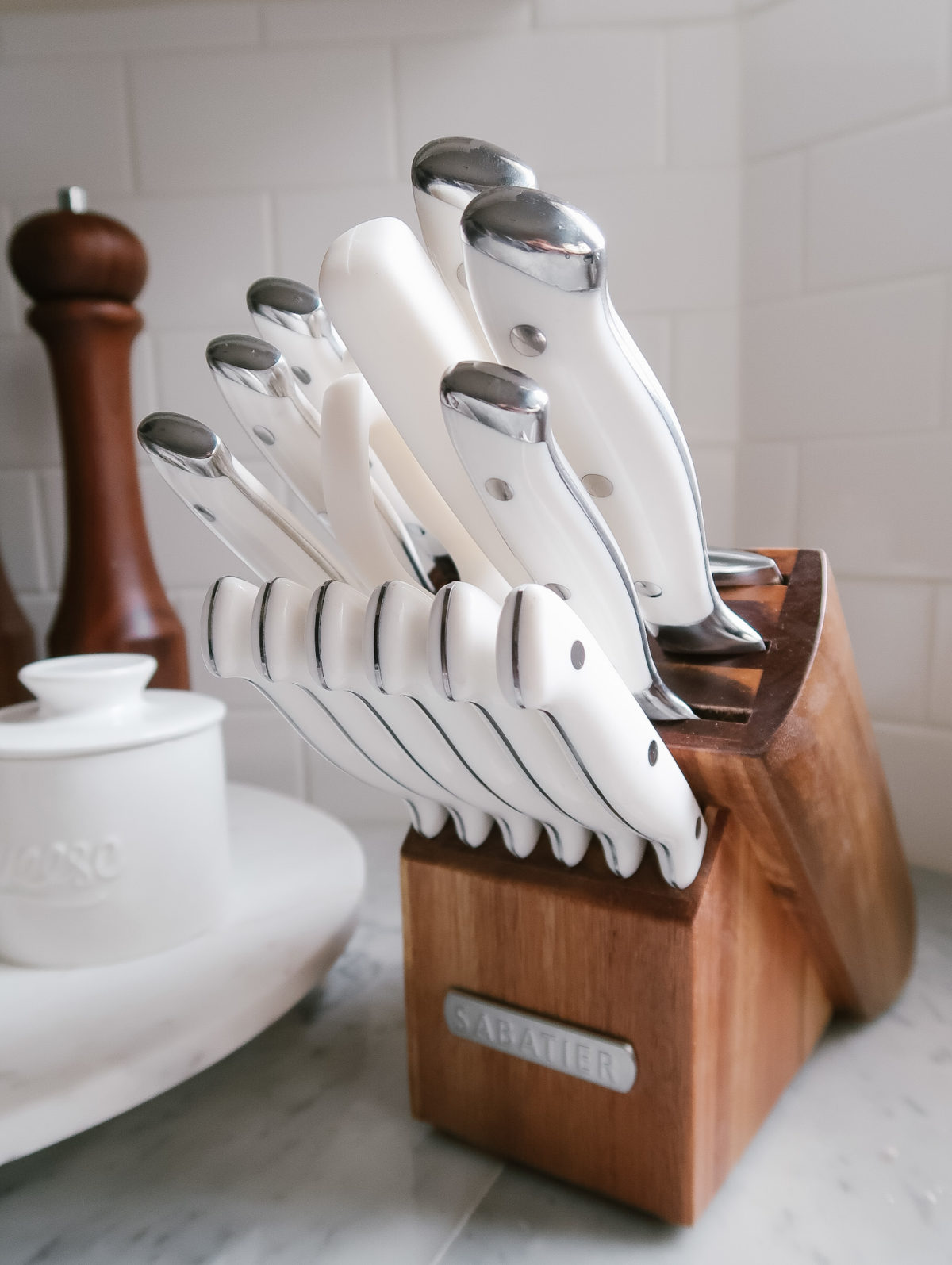 White knife set with wooden block